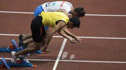 Aksi Sakhatov Miran atlet cabang para atletik asal Uzbekistan didampingi pemandunya di nomor lari 400 meter putra klasifikasi T11 pada Asian Para Games 2018, di Stadion Utama Gelora Bung Karno Jakarta, Kamis(11/10/2018).  (Bola.com/Peksi Cahyo)