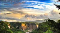 Berada di satu provinsi, Ngarai Sianok punya pesona tandingan akan Lembah Harau.
