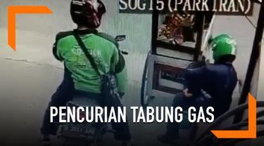 Aksi pencurian terekam kamera CCTV. Dua orang pria berkedok driver dan penumpang ojek online mengambil tabung gas 3 kilogram dari sebuah gerobak pedagang batagor.