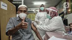 Warga lansia saat disuntik vaksin COVID-19 di SDN 05 Penggilingan, Jakarta, Kamis (25/2/2021). Pemerintah melalui Kementerian Kesehatan menargetkan 21,5 juta warga lansia di Indonesia mendapatkan vaksinasi COVID-19 tahap kedua. (merdeka.com/Iqbal S. Nugroho)