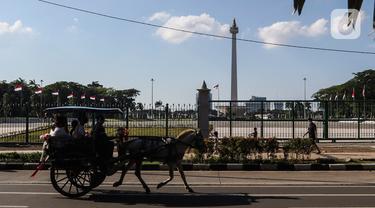 Warga berkeliling dengan delman di kawasan IRTI Monas, Jakarta, Jumat (21/8/2020). Jasa sewa delman untuk warga berkeliling kawasan Monas tersebut bertarif Rp50 ribu hingga Rp100 ribu. (Liputan6.com/Johan Tallo)