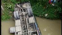 Bus Sugeng Rahayu terjun dari jembatan di Ngawi (Antara)