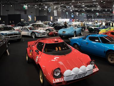 Mobil-mobil vintage Lancia ditampilkan selama pameran mobil Retromobile di Paris, Prancis (5/2). Pameran ini diselenggarakan dari tanggal 6 sampai 10 Februari 2019. (AFP Photo/Eric Feferberg)