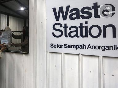 Warga membawa sampah anorganik untuk disetorkan di drop point rekosistem yang berada di Stasiun MRT Blok M, Jakarta, Jumat (5/3/2021). Sampah anorganik yang diterima kemudian dipilah dan didistribusikan ke pengolah sebagai bahan baku proses daur ulang. (Liputan6.com/Johan Tallo)