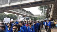 Mahasiswa berjalan kaki dari Stasiun Palmerah untuk berunjuk rasa di Gedung DPR, Jakarta, Selasa (24/9/2019). (Liputan6.com/Yopi Makdori)