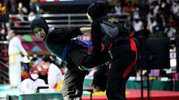 Atlit Pencak Silat dari DKI Jakarta, Pipiet Kamelia (Biru) berhasil mengalahkan Ria Hasyrian (Merah) dari Sulawesi Selatani pada PON XX PAPUA (09/10), di Jayapura. (FOTO: PB PON XX PAPUA/TATAN AGUS RUSTANDI)
