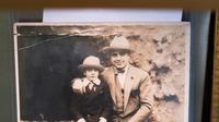 Sebuah foto Al Capone dengan putranya, Sonny, dipajang di Rumah Lelang Witherell, Sacramento, California, Amerika Serikat, 4 Oktober 2021. Sebanyak 174 item peninggalan salah satu gangster paling terkenal dalam sejarah Amerika Serikat, Al Capone, akan dilelang pada 8 Oktober 2021. (Nick Otto/AFP)