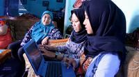 Dua peneliti fenomena Pamong Praja di Purbalingga dengan pembimbing karya ilmiahnya. (Foto: Liputan6.com/Dinhubkominfo PBG/Muhamad Ridlo)