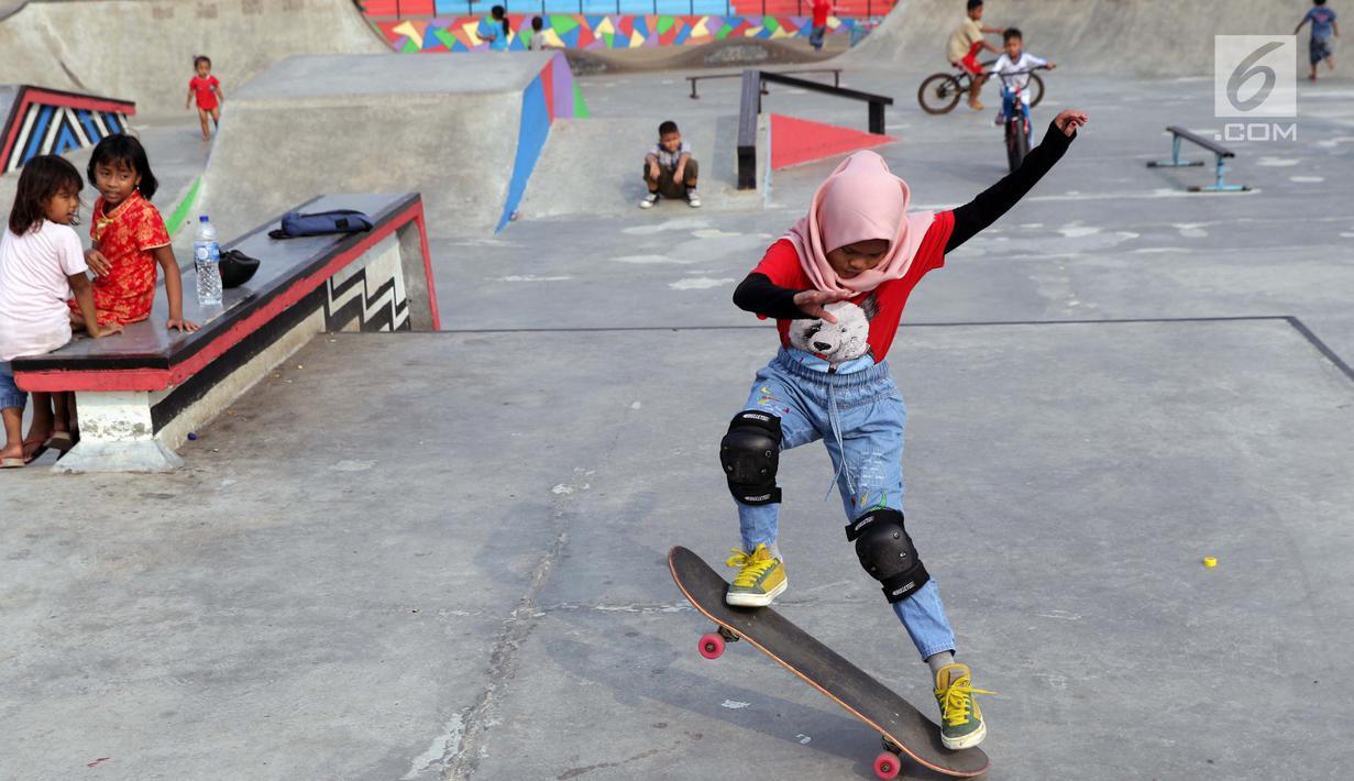 Seorang anak berlatih bermain papan luncur di area Skate Park RPTRA Kalijodo, Jakarta, Sabtu (15/6/2019). Menjelang sore hari, anak-anak berdatangan menghabiskan waktu dengan bermain di area RPTRA Kalijodo. (Liputan6.com/Helmi Fithriansyah)