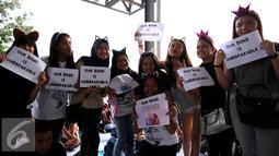 Para penggemar Ariana Grande memperlihatkan kertas bertuliskan 'Our Bond is Unbreakable' saat menunggu konser Ariana Grande bertajuk 'The Honeymoon Tour ' di JIExpo Kemayoran Hall B-C, Jakarta, Rabu (26/8/2015). (Liputan6.com/Faisal R Syam)