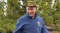 Presiden Rusia, Vladimir Putin ketika menghabiskan waktu di kawasan hutan pegunungan Siberia, pada 6 Oktober 2019. Kremlin merilis gambar Presiden Vladimir Putin saat merayakan hari ulang tahun ke-67 pada Senin (7/10/219). (Alexey DRUZHININ / Sputnik / AFP)