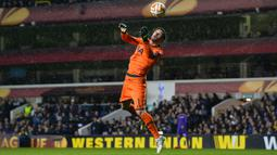 Hugo Lloris dan Tottenham Hotspur merupakan dua sijoli. Ia telah mencatat 373 penampilannya bersama The Lilywhites sejak didatangkan musim 2012/2013 silam. Meski belum mampu membawa Spurs meraih gelar, kesetiaanya akan sulit disamai oleh pemain lain. (Foto: AFP/Glyn Kirk)