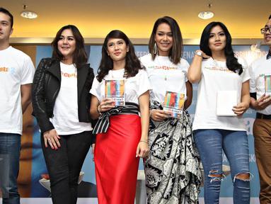 Para pemain film Ada Apa Dengan Cinta 2 (AADC 2) berpose bersama usai konferensi pers AADC2 di Jakarta, Senin (15/2/2016). Rencananya AADC 2 mulai tayang di bioskop mulai 28 April 2016. (Liputan6.com/Immanuel Antonius)
