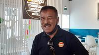 Komisaris PT Persib Bandung Bermartabat (PBB), Umuh Muchtar membuka usaha kuliner hidangan laut atau sea food di kawasan Tanjungsari, Kabupaten Sumedang. (Bola.com/Erwin Snaz)