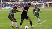 Pergerakan striker PSIS, Hari Nur Yulianto (tengah) dibayangi dua pemain Persik dalam uji coba di Stadion Kebondalem, Kendal (9/2/2020). (Bola.com/Vincentius Atmaja)