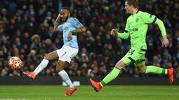 Aksi Raheem Sterling pada leg kedua, babak 16 besar Liga Champions yang berlangsung di Stadion Etihad, Manchester, Rabu (13/3). Man City menang 7-0 atas Schalke. (AFP/Oli Scarff)