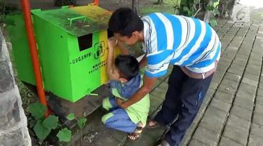 Satya Ramadhan ngamuk kemudian kabur dari lokasi sunatan massal yang di gelar Kodim 0805, Ngawi. Bocah ini berontak tak mau kembali ke lokasi sunatan.