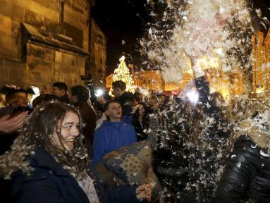 Warga saat melakukan flash mob perang bantal selama empat menit di Old Town Square di Praha,Ceko (22/12). flash mob perang bantal ini dilakukan jelang pergantian akhir tahun. (REUTERS/ David W Cerny)