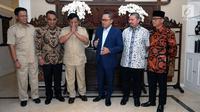 Ketua Umum Partai Gerindra Prabowo Subianto (ketiga kiri) memberi hormat saat berkunjung ke kediamanKetua MPR yang juga Ketua Umum PAN, Zulkifli Hasan, Jakarta, Senin (25/6). Pertemuan berlangsung tertutup. (Liputan6.com/Helmi Fithriansyah)