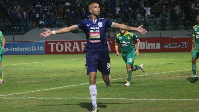 Penyerang PSIS Semarang, Bruno Silva, mencetak gol tunggal kemenangan timnya atas Sriwijaya FC pada laga pekan ke-27 Gojek Liga 1 bersama Bukalapak di Stadion Moch Soebroto, Magelang, Selasa (23/10/2018). (Bola.com/Ronald Seger Prabowo)