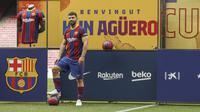 Sergio Aguero berpose di lapangan Stadion Camp Nou selama presentasi resminya sebagai pemain baru FC Barcelona di stadion Camp Nou, Barcelona (31/05/2021). Merka telah menandatangani kontrak hingga tahun 2023 dengan klausal pembelian 100 juta Euro. (Foto: AP Photo/Joan Monfort)