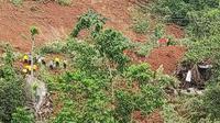 Tims SAR terus mencari korban longsor di Nganjuk. (Dian Kurniawan/Liputan6.com)
