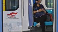 Calon penumpang mengenakan masker saat menggunakan kereta Moda Raya Terpadu (MRT) di Jakarta, Senin (6/4/2020). PT MRT Jakarta tak akan menerima penumpang tanpa menggunakan masker seusai seruan Gubernur DKI Anies Baswedan untuk mencegah penyebaran virus Corona (Liputan6.com/Herman Zakharia)