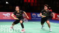 Pasangan Indonesia, Greysia Polii/Apriyani Rahayu saat melawan wakil Thailand pada babak Perempatfinal Piala Uber 2020 di Ceres Arena, Aarhus, Denmark, Jumat (15/10/2021). (Badminton Photo/Yves Lacroix)