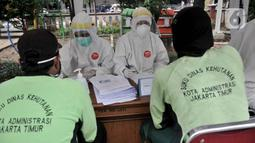 Petugas medis mendata peserta sebelum menjalani tes swab COVID-19 di Kantor Kecamatan Kramat Jati, Jakarta, Selasa (16/6/2020). Puskesmas Kecamatan Kramat Jati menggelar tes swab bagi seluruh pegawai instansi pemerintahan untuk memutus rantai penyebaran COVID-19. (merdeka.com/Iqbal Nugroho)