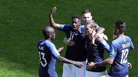 Para pemain Prancis merayakan gol yang dicetak oleh Antoine Griezmann ke gawang Australia pada laga Piala Dunia di Kazan Arena, Sabtu (16/6/2018). Prancis menang 2-1 atas Australia. (AP/Hassan Ammar)