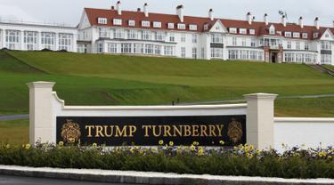 Pemandangan eksterior hotel di Golf Resort Trump Turnberry milik Donald Trump di Skotlandia, Inggris, 13 Juni 2016. Donald Trump akan bertandang ke Inggris untuk meresmikan lapangan golf mewahnya tersebut pada 24 Juni waktu setempat. (REUTERS/Tom Bergin)