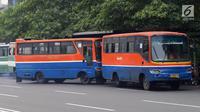 Bus Metromini menunggu penumpang di Jalan Jenderal Sudirman, Jakarta, Rabu (4/7). Larangan bagi Kopaja dan Metromini melintasi jalan protokol selama Asian Games untuk mengurangi kemacetan dan polusi di jalan protokol. (Liputan6.com/Arya Manggala)