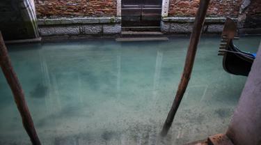 Padangan umum menunjukkan perairan yang lebih jernih di kanal Venesia pada 17 Maret 2020. Sejak Italia memberlakukan lockdown akibat pandemi virus corona, air di Kanal Venesia yang biasanya keruh dan gelap berubah menjadi jernih. (ANDREA PATTARO / AFP)