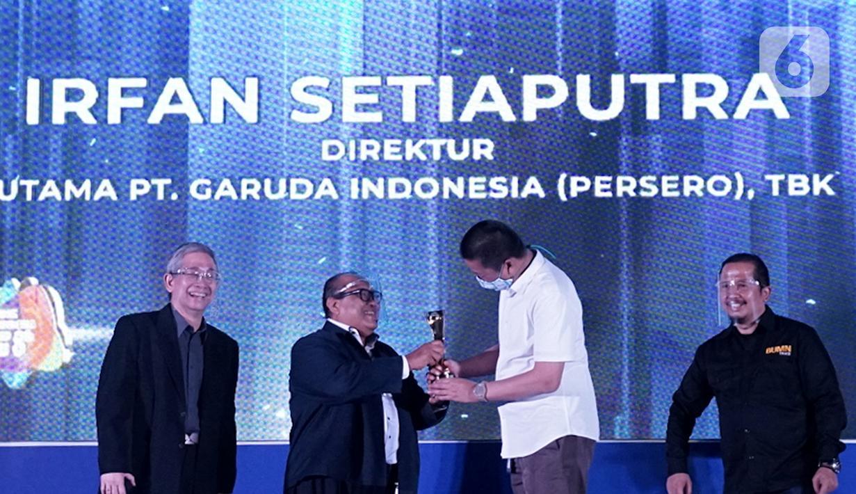 Ketua Dewan Juri Sugiharto memberikan penghargaan kepada Dirut Garuda Indonesia Irfan Setiaputra pada acara BUMN Branding and Marketing Award 2020, di Jakarta, Kamis (05/11/2020). Dirut Garuda Indonesia Irfan Setiaputra meraih The Best CEO in Branding & Marketing Transformation. (Liputan6.com/Pool)
