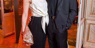 Berita perceraian kembali datang dari pasangan Scarlett Johansson dan Romain Dauriac. Perceraian terungkap setelah Scarlett tertangkap kamera paparazzi tengah berjalan seorang diri tanpa mengenakan cincin pernikahannya. (doc.dailymail.com)