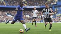 Gelandang Chelsea, Victor Moses, berusaha mengirim umpan saat melawan Newcastle pada laga Premier League di Stadion Stamford Bridge, London, Sabtu (2/12/2017). Chelsea menang 3-1 atas Newcastle. (AFP/Daniel Leal-Olivas)