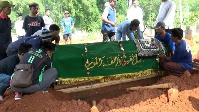 Dua orang warga Ciputat, Tangerang Selatan, tewas, diduga usai menenggak minuman keras oplosan. Jenazah korban langsung dimakamkan di dua tempat berbeda di wilayah Kampung Sawah.