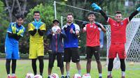 Kiper Arema menjalani latihan di area perumahan Ijen Nirwana, Malang, tempat tinggal pelatih kiper Felipe Americo, Sabtu (6/6/2020). (Bola.com/Iwan Setiawan)