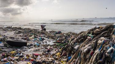 Tumpukan sampah di sebuah pantai di pinggiran Dakar, Senegal (13/9/2020). Karena sampah yang terbawa gelombang laut dan curah hujan selama musim hujan telah mencemari pantai. (Xinhua/Louis Denga)