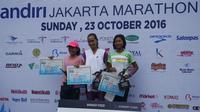 Pelari nasional, Rini Budiarti (tengah), memenangi Mandiri Jakarta Marathon 2016 pada nomor 10 kilometer, Minggu (23/10/2016). (Bola.com/Andhika Putra)