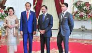 Pangeran Abdul Mateen mendampingi sang ayah menemui Jokowi dan Ibu Negara. (dok. Instagram @sekretariat.kabinet/https://www.instagram.com/p/B30wEaJA6nx/Dinny Mutiah)