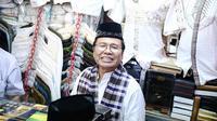 Mantan Menko Maritim,  Rizal Ramli melihat baju-baju saat berkunjung ke Blok A, Pasar Tanah Abang, Jakarta, Sabtu (13/8). Rizal Ramli akan menjadi pesaing Basuki Tjahaja Purnama (Ahok) di Pilkada DKI Jakarta 2017. (Liputan6.com/Faizal Fanani)