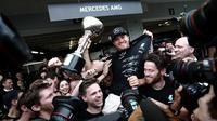 Pebalap Mercedes, Nico Rosberg, merayakan kemenangan bersama kru Mercedes pada balapan F1 GP Jepang di Sirkuit Suzuka, Minggu (9/10/2016). (AFP/Behrouz Mehri)