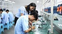 Seorang guru mengajari siswa berlatih merakit perangkat elektronik di Sekolah Menengah Kejuruan Longhua Nanchuan di Kota Chongqing, China barat daya, pada 28 Juni 2019. (Xinhua/Wang Quanchao)