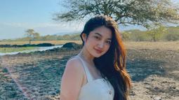 Perempuan kelahiran 3 Agustus 2001 ini kini masih berusia 19 tahun. Ia pun baru lulus SMA tahun kemarin. Memiliki paras cantik, ia pun sudah memiliki banyak penggemar yang aktif dalam media sosial Instagram. (Liputan6.com/IG/khalishafarah)