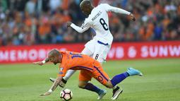 Wesley Sneijder (kiri) terjatuh saat berebut bola dengan pemain Luksemburg, Christophe Martins pada Kualiifikasi Piala Dunia 2018 di Rotterdam. (AFP/ John Thys)