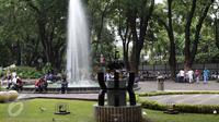 Pengunjung menikmati suasana bersama keluarga di Taman Suropati, Jakarta, Minggu (29/11/2015). (Liputan6.com/Angga Yuniar)