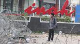 Seorang pria berdiri di depan gedung Sarinah, Jakarta, pascarusuh polisi dan massa, Kamis (23/5/2019). Kerusuhan di sekitar Bawaslu pada 22 Mei 2019 malam menyisakan kerusakan di berbagai titik, salah satu yang jadi korban adalah logo 'Sarinah' yang ikonik. (Liputan6.com/Herman Zakharia)