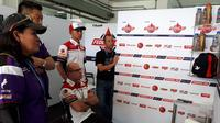 Carlo Merlini Marketing & Commerical Director Gresini Racing bersama Dimas Ekky dan Tim FOGM2.