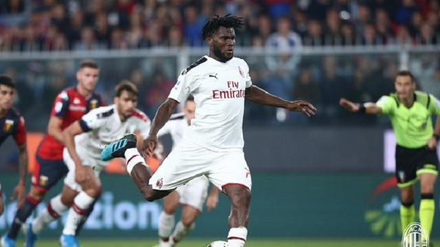 Gelandang AC Milan, Franck Kessie ketika mengeksekusi penalti ke gawang Genoa